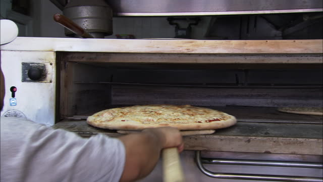 vídeos y material grabado en eventos de stock de chef making a pizza - fast food