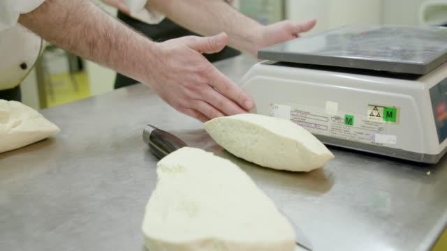 vidéos et rushes de chef faire autour de pâte à pizza de base - apprenti