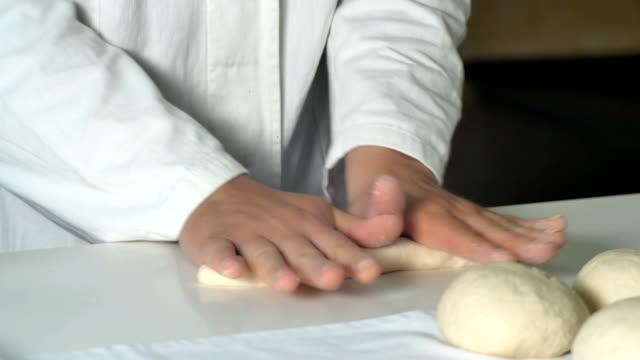 Chef-kok klein gebak maken in commerciële bakkerij