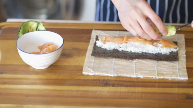 chef faisant Rouleau de sushis