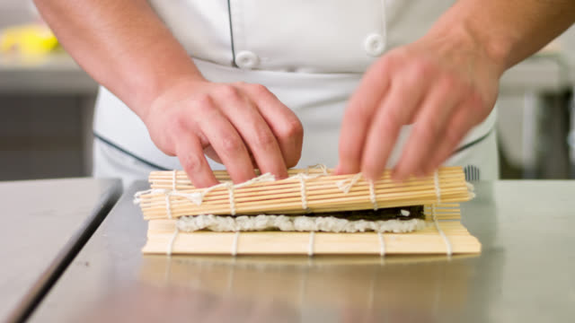 vídeos de stock e filmes b-roll de chef making sushi - sushi