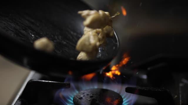 blandning hackad kycklingbröst i stekpanna på kommersiella kök - kock bildbanksvideor och videomaterial från bakom kulisserna
