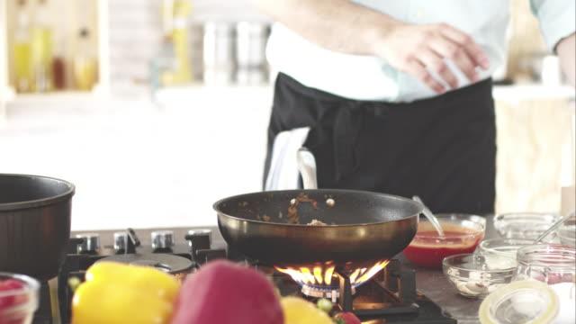 koch gießen rot wein in bratpfanne - skillet cooking pan stock-videos und b-roll-filmmaterial