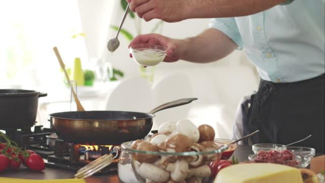 koch gießen weiß-sauce in bratpfanne - skillet cooking pan stock-videos und b-roll-filmmaterial