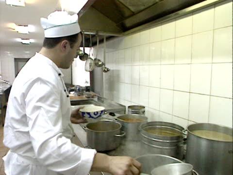 vídeos de stock e filmes b-roll de chef prepares a noodle soup in a moscow restaurant kitchen 1999 - concha utensílio de servir