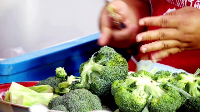 Chef-kok bereidt broccoli