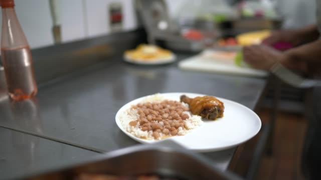 vídeos de stock, filmes e b-roll de chef preparando um prato, colocando uma fatia de frango no prato - bean