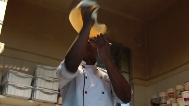 chef preparing a pizza - lanciare video stock e b–roll