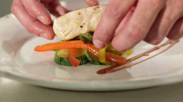 vídeos de stock e filmes b-roll de ms chef preparing and finalizing a dish / sao paulo, brazil - acabado