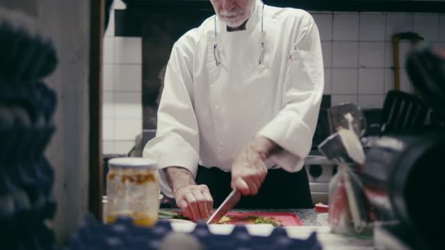 förbereder mat i en argentinsk restaurangkök - kock bildbanksvideor och videomaterial från bakom kulisserna