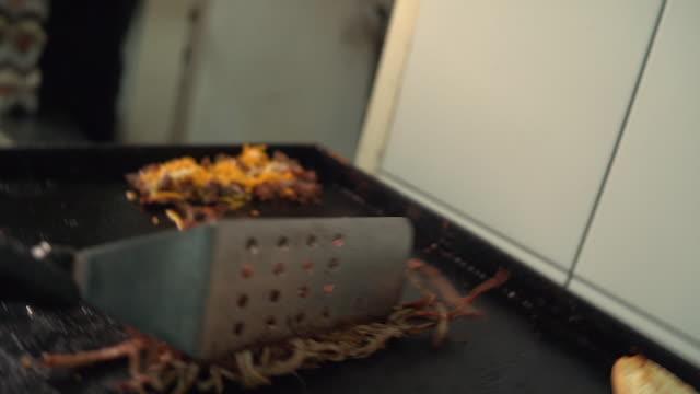 サンドイッチのために肉を準備するシェフ - サンドイッチ作り点の映像素材/bロール