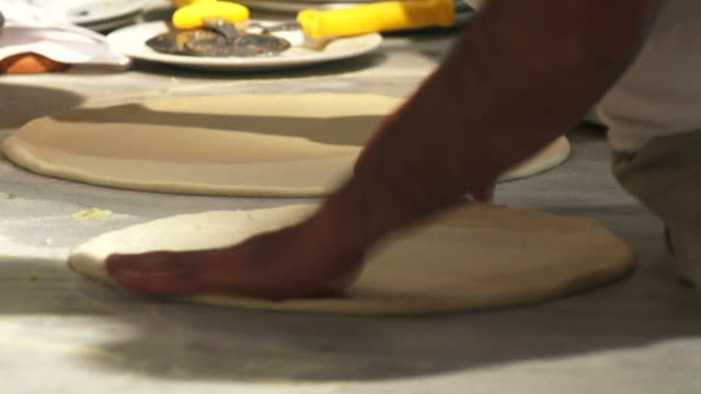 stockvideo's en b-roll-footage met chef preparing pizza - geschwindigkeit
