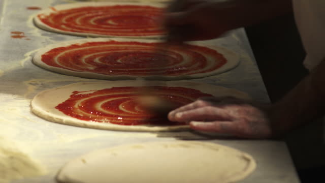 stockvideo's en b-roll-footage met chef preparing pizzas close-up - geschwindigkeit