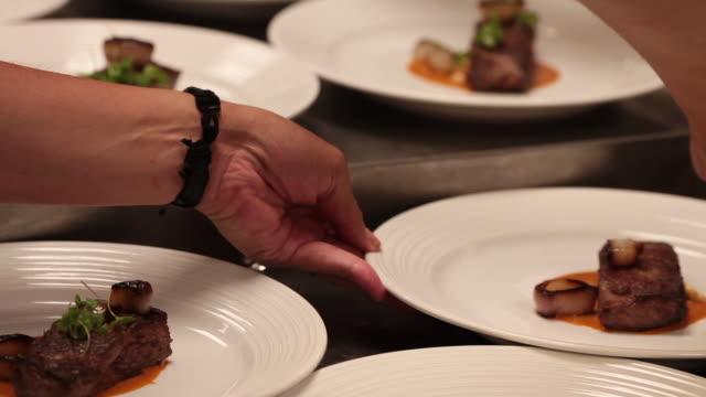 vídeos de stock e filmes b-roll de chef preparing plates to be served - banquete