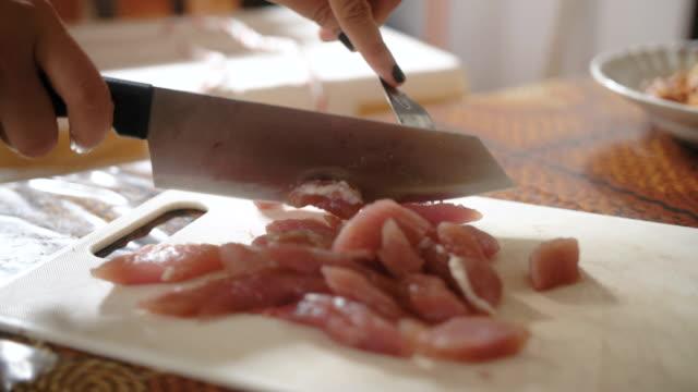 Chef-kok voorbereiding van varkensvlees op hakken bestuur