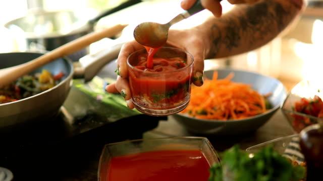 chef che prepara salsa salsa - antiossidante video stock e b–roll