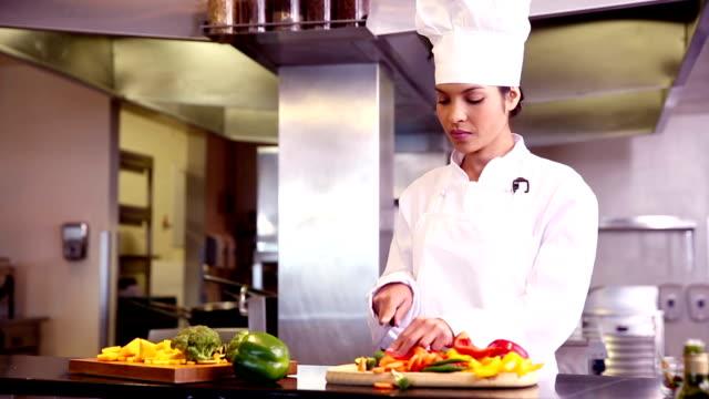 vídeos de stock, filmes e b-roll de chef preparação de legumes - sexo feminino