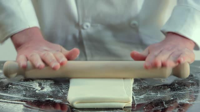 vídeos de stock, filmes e b-roll de chef rolling pastry with rolling pin - rolo de pastel