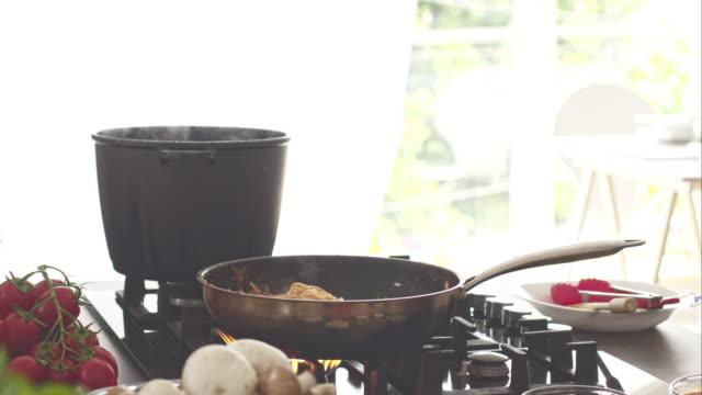 chefkoch würzzutaten spaghetti, schütteln und mischen. - skillet cooking pan stock-videos und b-roll-filmmaterial