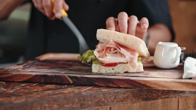 vídeos de stock, filmes e b-roll de chef servindo um sanduíche - sanduíche