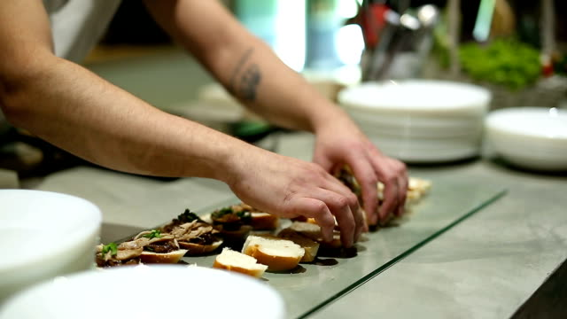 vídeos de stock e filmes b-roll de chef serving finger food in restaurant - banquete