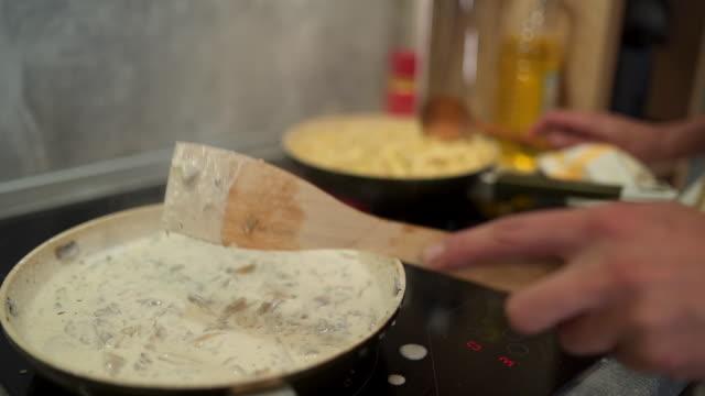 chef zeigt seine kochkünste - zwiebel stock-videos und b-roll-filmmaterial