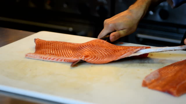 Chef de dépecer un filet de saumon