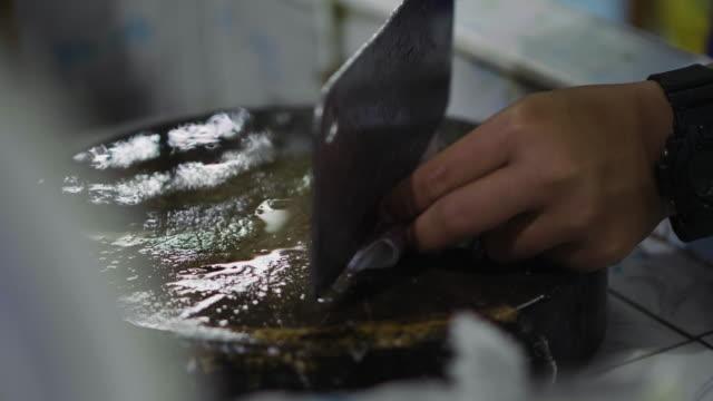 Chef-kok segment garnalen op hakblok