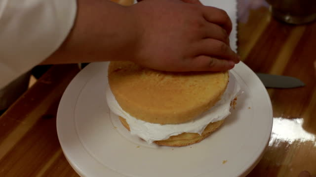 vidéos et rushes de chef italien sur le gâteau à la crème - faire cuire au four