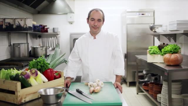 vidéos et rushes de ms zi chef standing in kitchen / castelnau de levis, midi-pyrennees, france - équipement