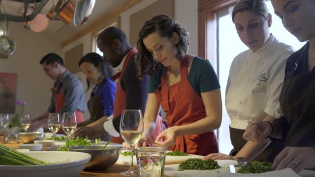 vidéos et rushes de chef teaching students about parsley - apprentissage