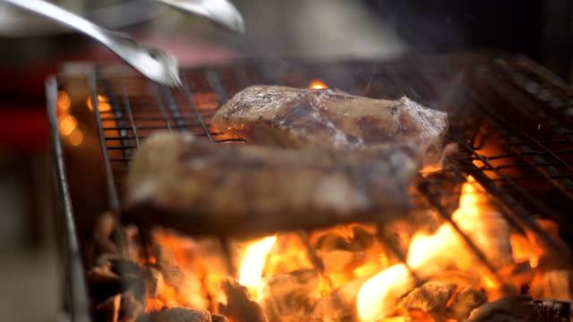 cu:chef は、グリルに豚肉を投げる - 肉点の映像素材/bロール
