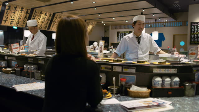 WS A chef works in a sushi restaurant / Tokyo, Japan