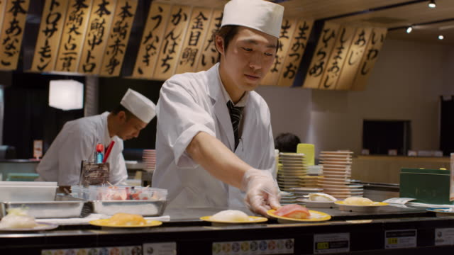 stockvideo's en b-roll-footage met ms a chef works in a sushi restaurant / tokyo, japan - bord bericht