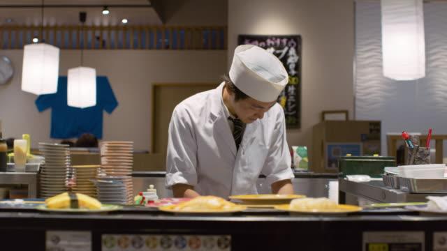 ms a chef works in a sushi restaurant / tokyo, japan - 30代点の映像素材/bロール