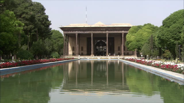 WS Chehel Sotoun pavilion with pool in foreground, Isfahan, Iran