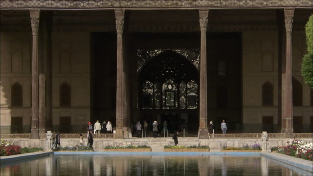 ZO WS Chehel Sotoun pavilion with pool in foreground, Isfahan, Iran