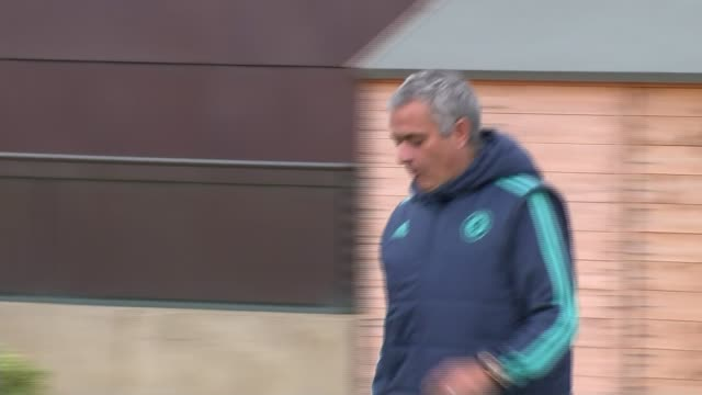 chelsea aim for record number of consecutive wins r03111511 3112015 ext then chelsea manager jose mourinho along at training session - ジョゼ・モウリーニョ点の映像素材/bロール