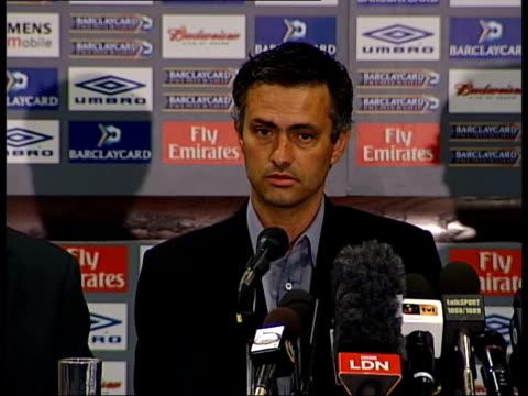 itn england london stamford bridge peter kenyon along to press conference with mourinho jose mourinho press conference sot firstcontact was... - ジョゼ・モウリーニョ点の映像素材/bロール