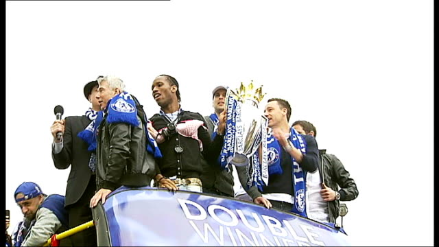 vidéos et rushes de chelsea celebrate premier league and fa cup double with open-top bus parade; drogba, terry and lampard at front of bus with trophy / chelsea fans... - trophée
