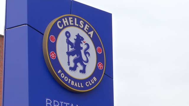 chelsea condemn group of their fans for antisemitic chanting during europa league match in hungary england london chelsea ext close shot of 'chelsea... - チェルシーfc点の映像素材/bロール