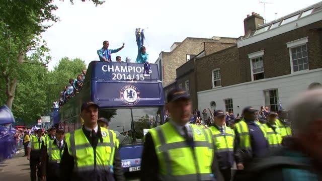 vidéos et rushes de chelsea fc celebrate premier league title win; england: london: chelsea: ext gvs chelsea team towards on open top bus with premier league trophy - trophée