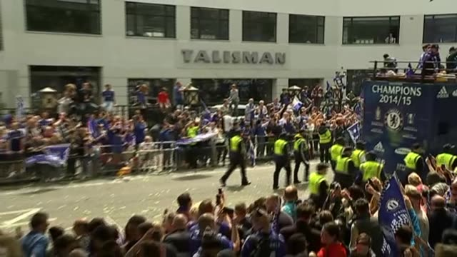 vidéos et rushes de chelsea fc open top bus parade chelsea team on top of bus as into shot john terry at front with 'champions 2014/15' sign on front / bus past to... - double decker bus