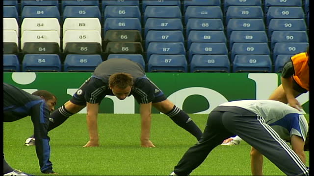 chelsea fc training john terry exercising with others then stretching pan frank lampard / john terry frank lampard and michael ballack stetching - チェルシーfc点の映像素材/bロール