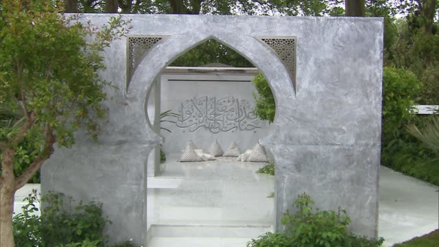 garden gvs and interviews; the beauty of islam garden general views david austin interview sot general views roses - chelsea flower show stock videos & royalty-free footage