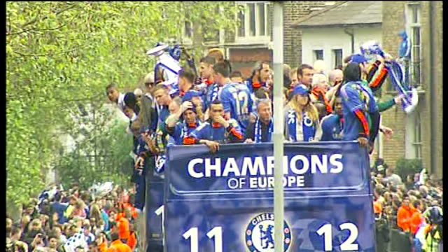 chelsea football team victory parade through streets of london england london ext general views of chelsea team on bus with trophy and fans along... - chelsea fc bildbanksvideor och videomaterial från bakom kulisserna