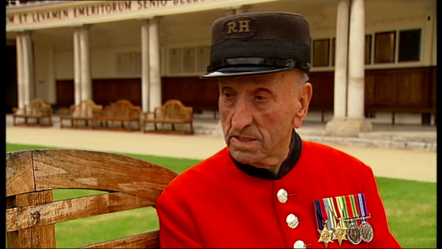 stockvideo's en b-roll-footage met chelsea pensioner puts down longevity to not drinking beer joe britton interview sot says he told noel edmonds that chasing young girls kept him young - noel edmonds