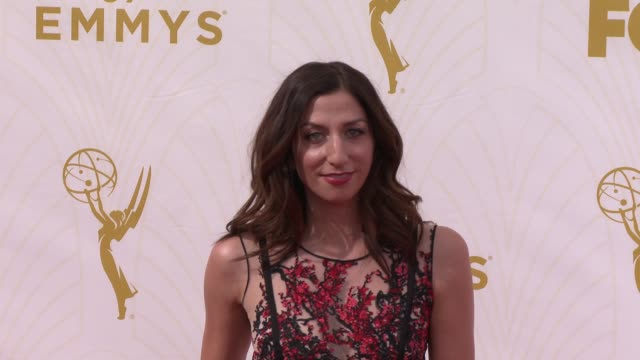 vidéos et rushes de chelsea peretti at the 67th annual primetime emmy awards at microsoft theater on september 20, 2015 in los angeles, california. - annual primetime emmy awards
