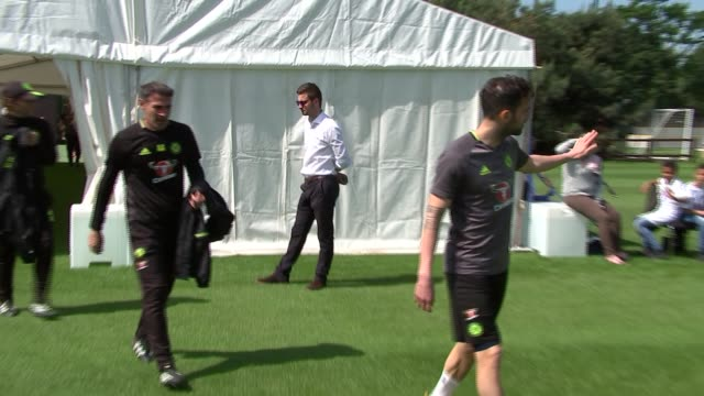 chelsea training session ahead of fa cup final england ext manager antonio conte and chelsea players including cesc fabregas eden hazard gary cahill... - チェルシーfc点の映像素材/bロール