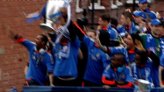vidéos et rushes de victory parade through streets england london chelsea ext high angle shot of chelsea footballers atop open top bus with champions' league trophy - gagner
